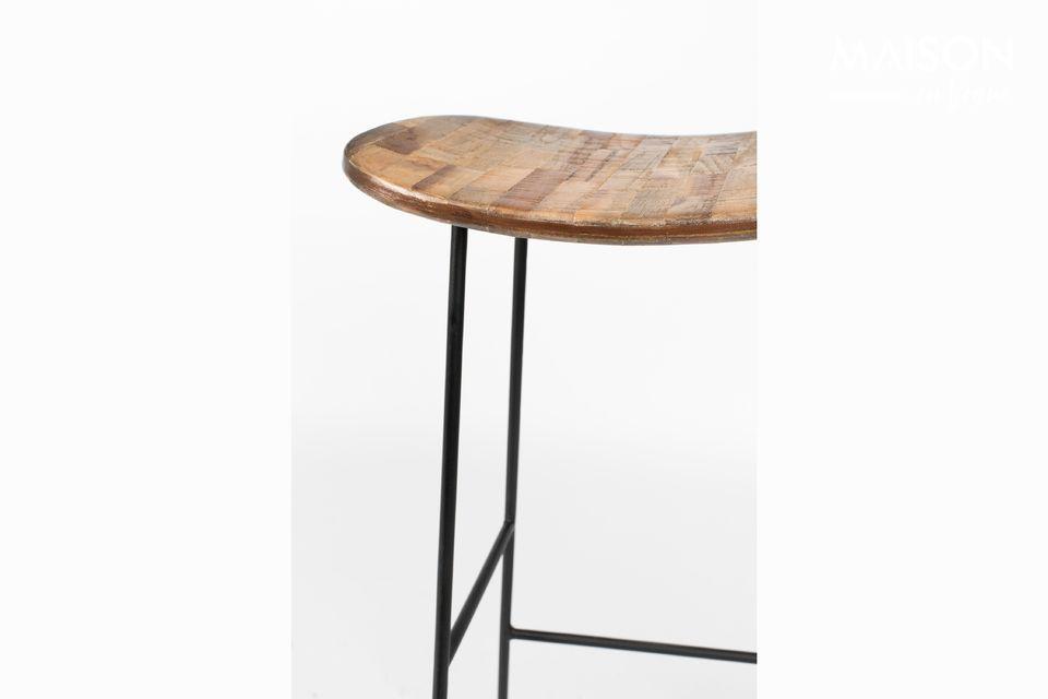 El taburete Tangle tiene 80 cm de altura y es estable en su marco de acero