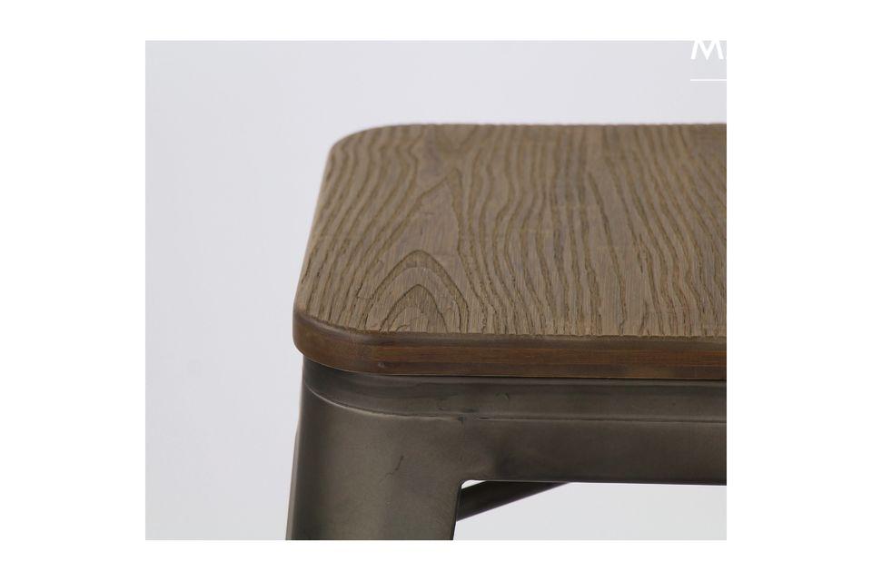 Un taburete de bar que combina dos materiales sobrios y discretos.