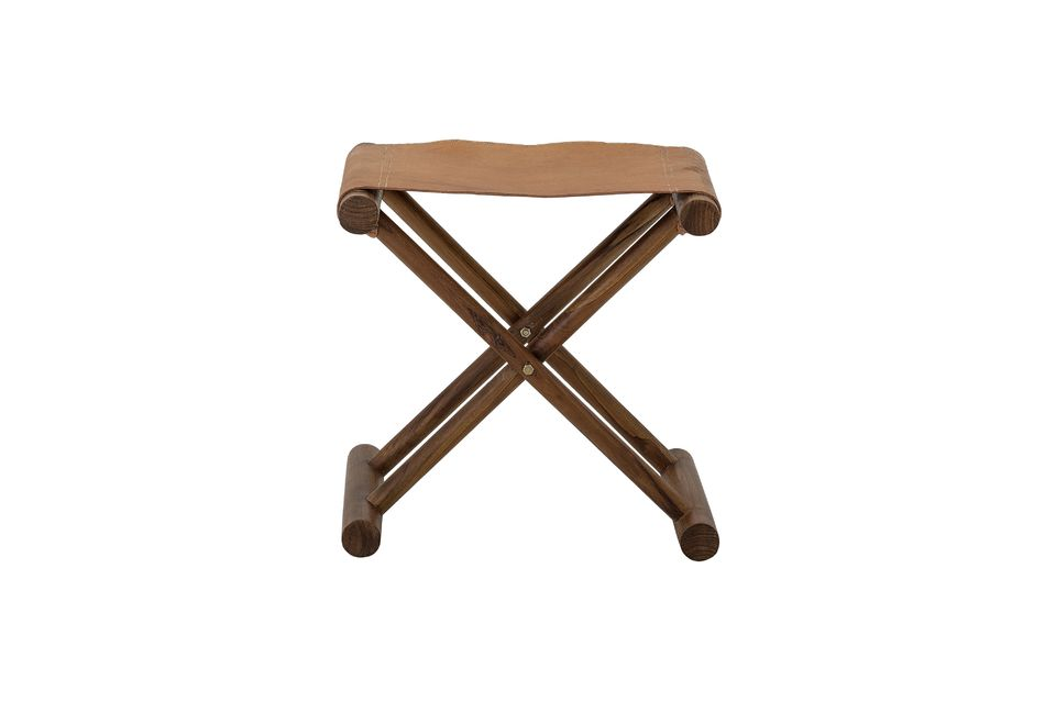 Sus patas cruzadas están hechas de madera de teca barnizada en un tinte marrón oscuro y el