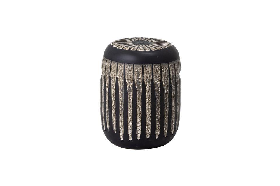 Este bonito taburete está hecho de arenisca marrón decorada con volutas irregulares de color beige