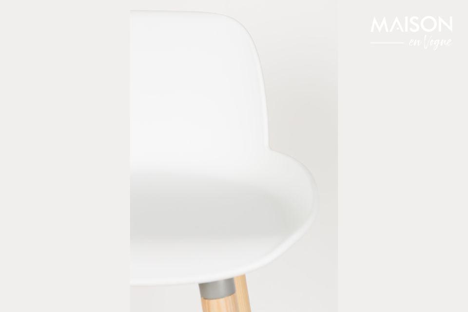 El taburete Albert Kuip combina la calidez de su base de madera de fresno con la modernidad de su