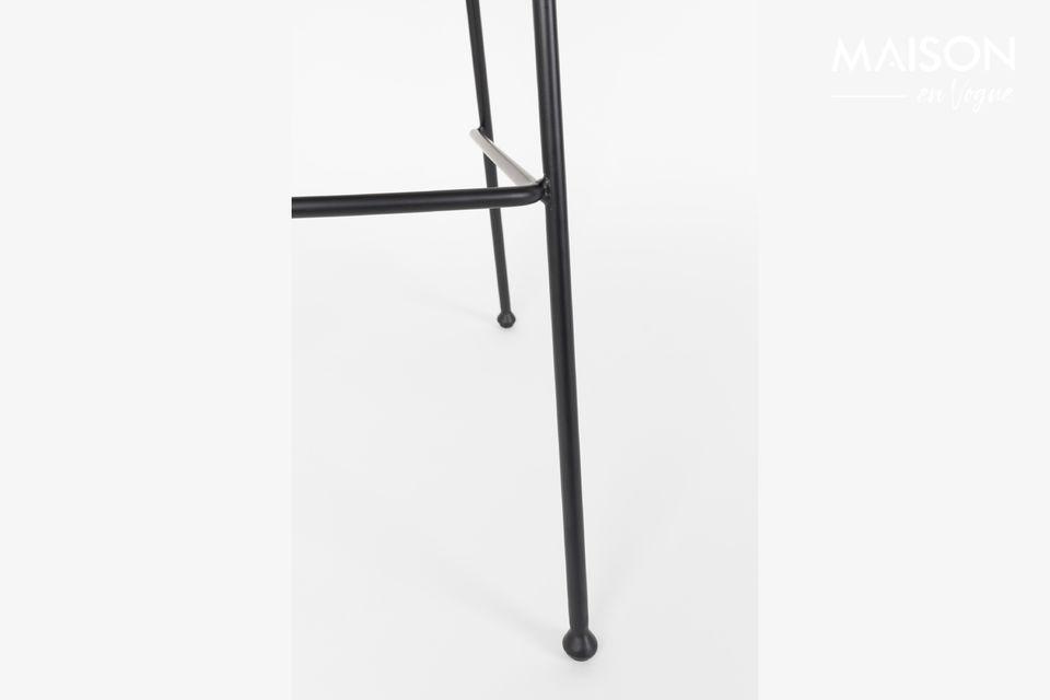 El taburete negro de Zuiver para el mostrador presenta detalles meticulosos con costuras decorativas