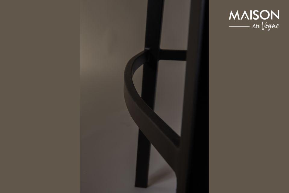Este mueble revela un refinado contraste entre las patas rectas y el asiento curvo