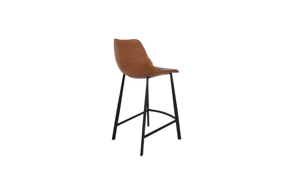 Su elegante asiento revela costuras visibles y una confortable forma redondeada