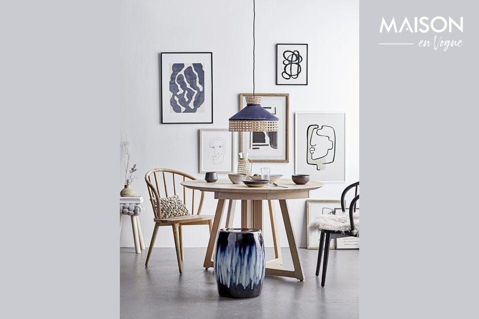 Este taburete, con un asiento de poliéster gris y patas de pino, tiene un diseño simple y puro