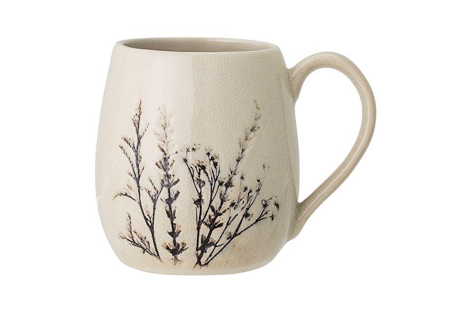 Esta bonita taza tiene 10,5 cm de altura y está hecha de arenisca clara con una decoración floral