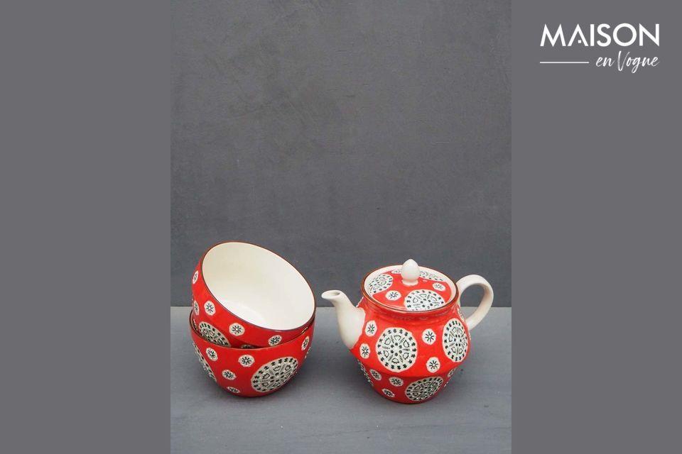 Disfrutar de una taza de té mientras se admira un motivo folclórico