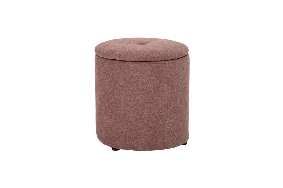 Un espíritu glamoroso y refinado emana de este puf tapizado de Varessia cubierto de terciopelo