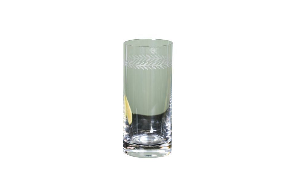 Un vaso de largo trago con un diseño refinado