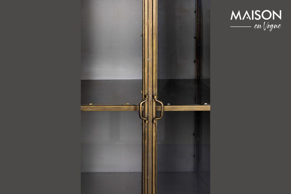 Los cuatro estantes están cerrados por una puerta de doble cristal transparente con cierre